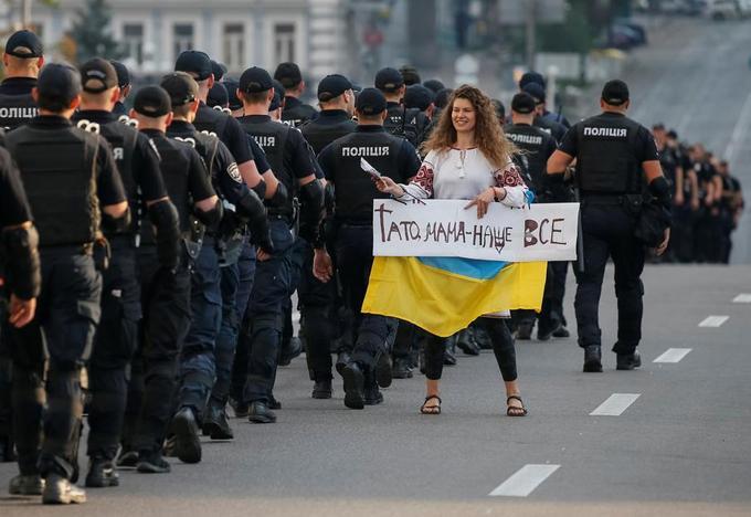 Une manifestante anti-LGBT à Kiev.