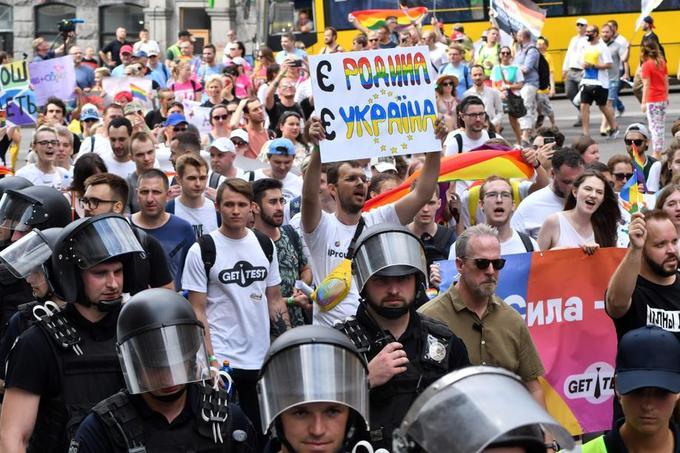 Plus de 8000 personnes, selon les organisateurs, ont défilé sur de grandes artères du centre de la capitale ukrainienne.