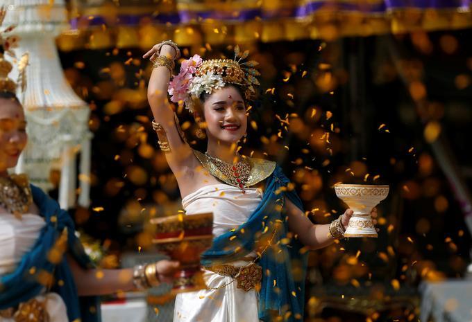 A Chiang Rai (Thaïlande), une danseuse rend hommage ce 24 juin 2019 à un sauveteur décédé.