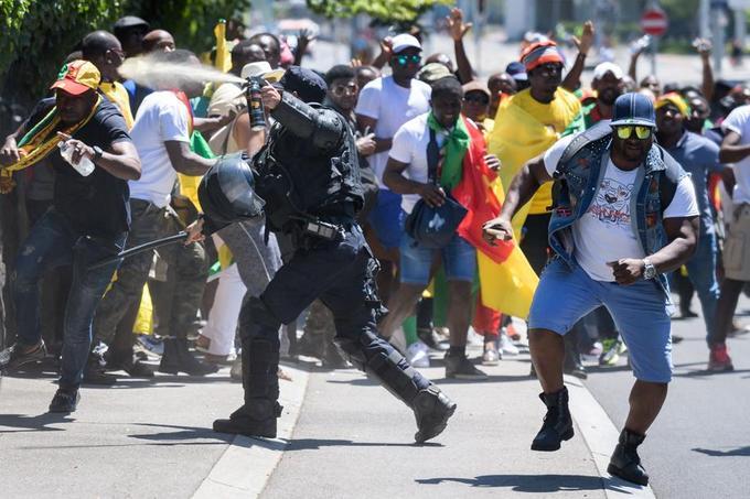 Lorsque la foule s'est dirigée vers l'hôtel, la police, présente en force autour de l'établissement, l'a repoussée à coups de gaz lacrymogène.