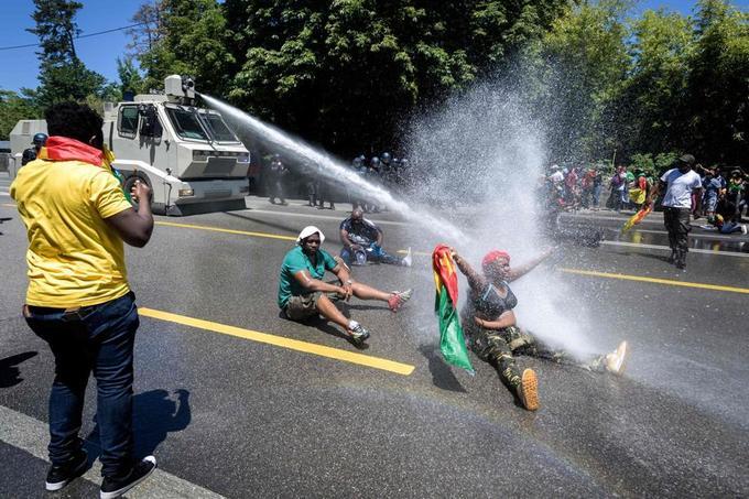 Un canon à eau est également intervenu pour disperser les manifestants.