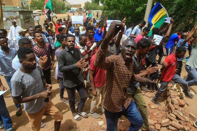 Les manifestants ont scandé des slogans révolutionnaires.