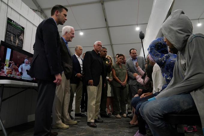 Le vice-président américain, Mike Pence, s'est rendu vendredi dans le poste frontalier de McAllen, à la frontière avec le Mexique.