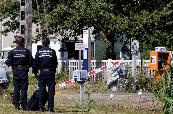 Des gendarmes près du passage à niveau d'Avenay-Val-D'or, après l'accident qui a coûté la vie à trois personnes, ce 15 juillet.