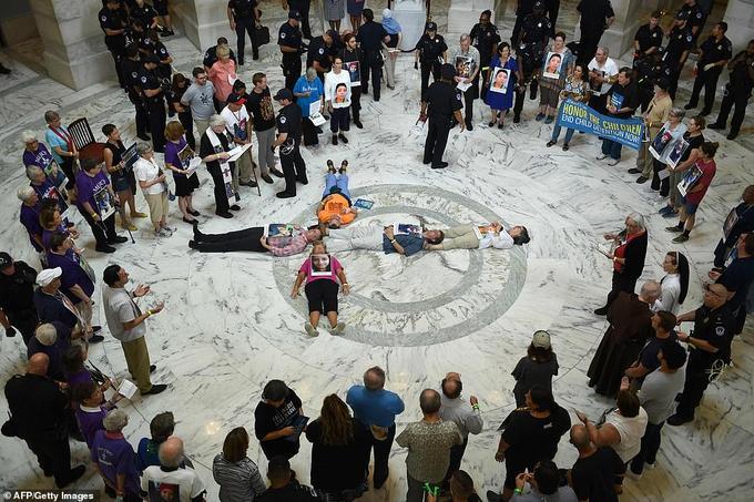 Les manifestants ont formé une croix en s'allongeant dans le hall.