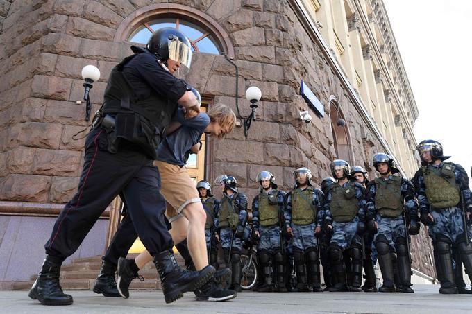 La police avait fait état samedi de 1074 arrestations «pour des infractions diverses».
