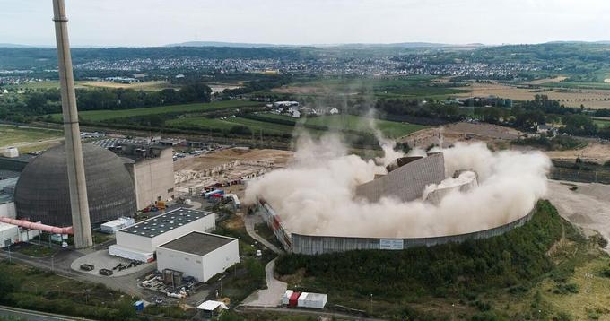 La tour de refroidissement de la centrale nucléaire de Mülheim-Kärlich détruite.