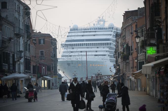 Le MSC Magnifica semble surgir dans les rues de Venise, le 23 janvier 2011.