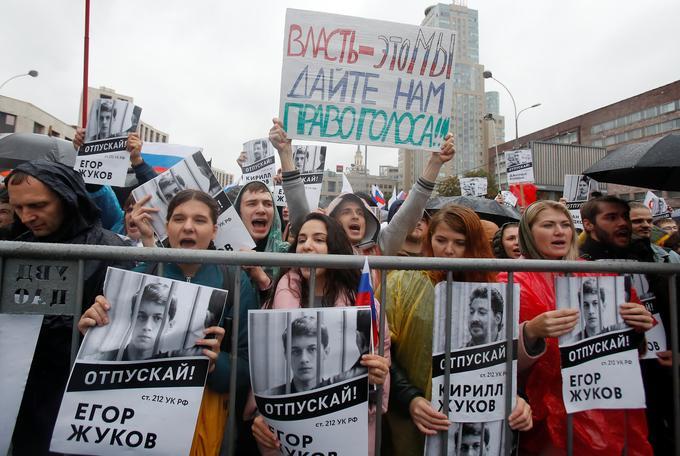 Des manifestants ont brandi des drapeaux russes et des portraits d'activistes arrêtés.
