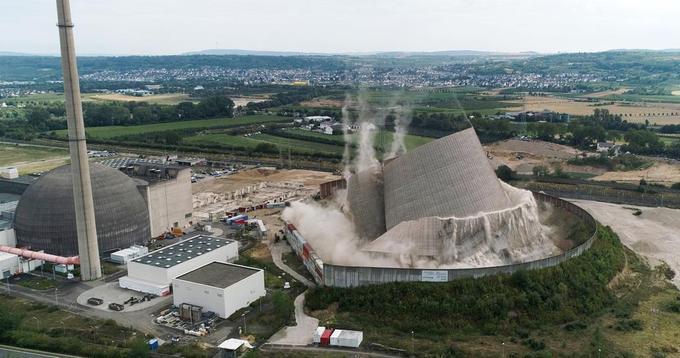 La tour de refroidissement de la centrale nucléaire de Mülheim-Kärlich au cours de sa démolition.