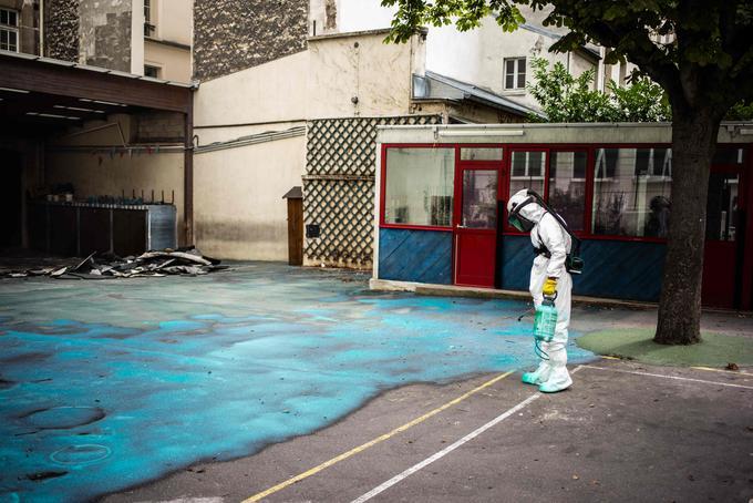Un ouvrier pulvérise un gel sur le sol pour absorber le plomb alors qu'il participe à une opération de nettoyage à l'école Saint-Benoît près de la cathédrale Notre-Dame à Paris lors d'une opération de décontamination le 8 août 2019.