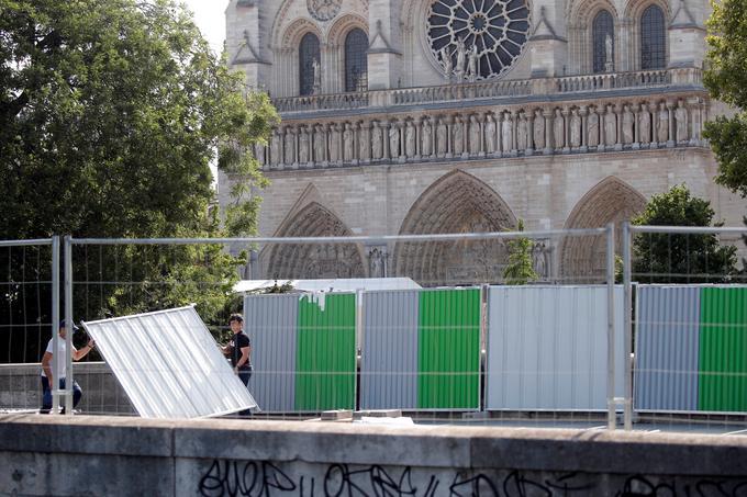 Les ouvriers installent les barrières délimitant la zone autour de la cathédrale.