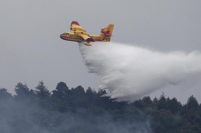 Un Canadair vole au-dessus de l'incendie ravageant l'Aude, ce jeudi 15 août.