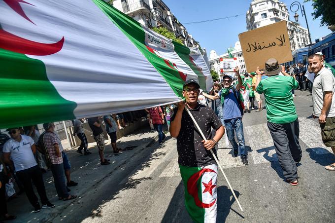 Les Algériens présents dans la rue entonnaient de nombreux chants.