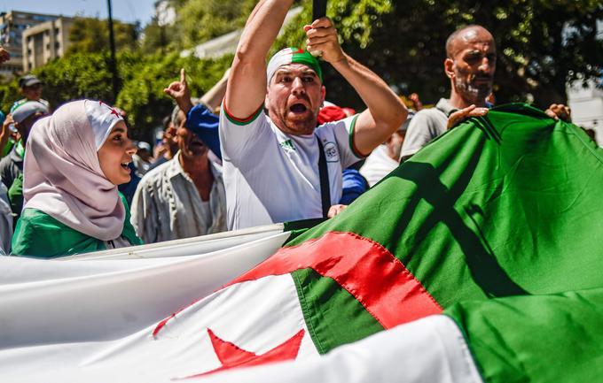 Le drapeau algérien est constamment utilisé durant les vendredi de manifestations à Alger.