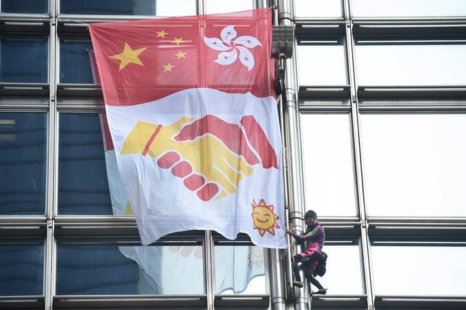 Il grimpe un gratte-ciel pour la paix à Hong Kong