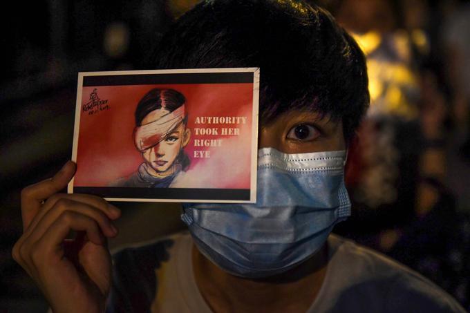 Les manifestants brandissent des images contre les violences policières