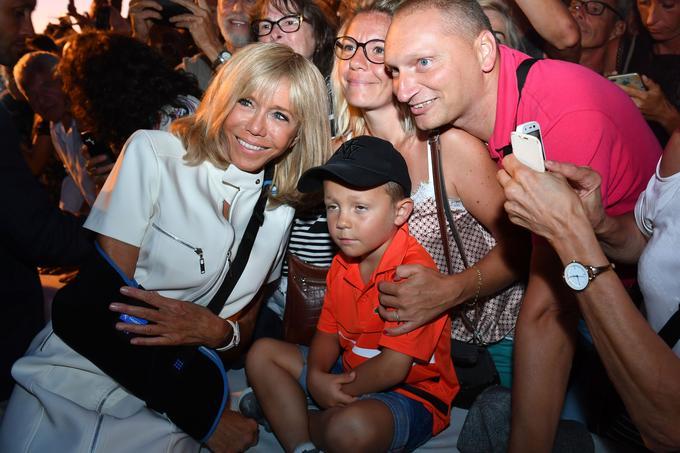 Brigitte Macron, le bras en écharpe.