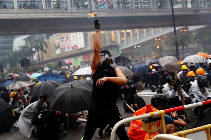 Un manifestant jette un œuf vers les forces de l'ordre, lors d'une manifestation à Tsuen Wan, à Hongkong, le 25 août.