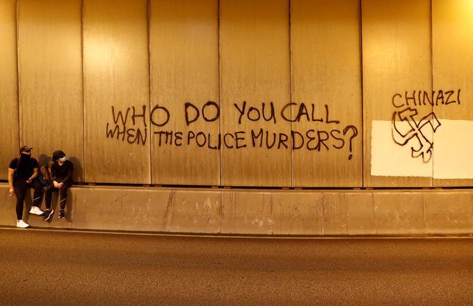 «Qui appelez-vous quand la police tue ?», peut-on lire sur ce graffiti.