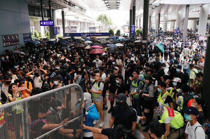 Les militants anti-extradition s'étaient rassemblés ce dimanche aux abords de l'aéroport de Hongkong.