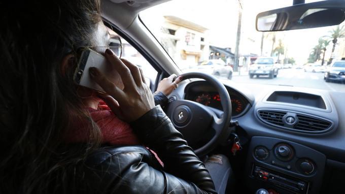 Utiliser son téléphone au volant pourra entraîner un retrait de permis 78a7da1be33e6579a1dffc2d94c6c5358d1e92e8e2f468c7493642c54a70d3d5
