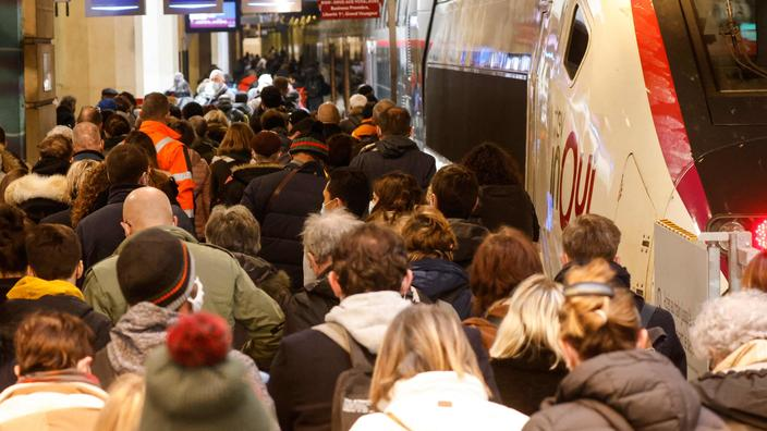 Confinement: les trains quittant Paris pris d'assaut, près de 400 km de bouchons en Île-de-France