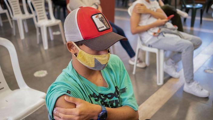 Covid-19 : pour vacciner les ados, il faudra l'accord des deux parents