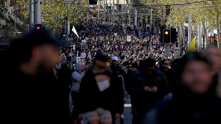 Les mobilisations contre les restrictions sanitaires prennent de l'ampleur à l'étranger