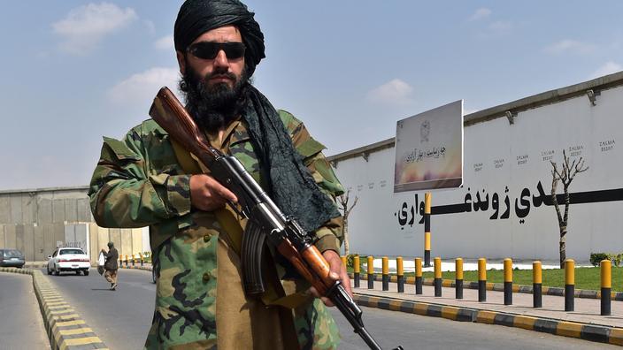 Afghanistan : les talibans pendent les corps de quatre ravisseurs à des grues dans Kaboul