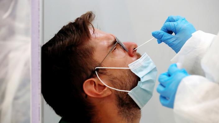 Les tests Covid resteront remboursés sans prescription pour les adultes vaccinés et les mineurs, annonce Jean Castex
