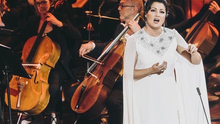 Regarder la vidéo Opérée en urgence, la soprano Anna Netrebko annule ses représentations à Vienne