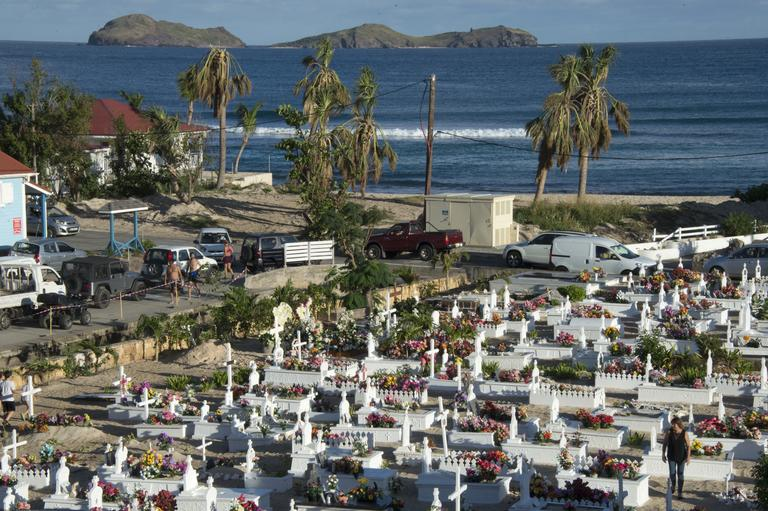 Le chanteur avait demandé à reposer au cimetière marin de Lorient à Saint-Barthélemy.