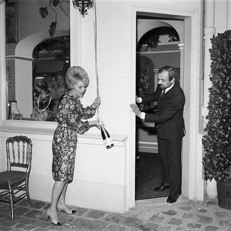 Jacques Dessange et l'actrice américaine Jean Seberg inaugurent un nouveau salon de coiffure de la marque, à Paris, le 8 mai 1965.