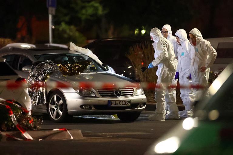 La police scientifique étudie une voiture impliquée dans les fusillades.