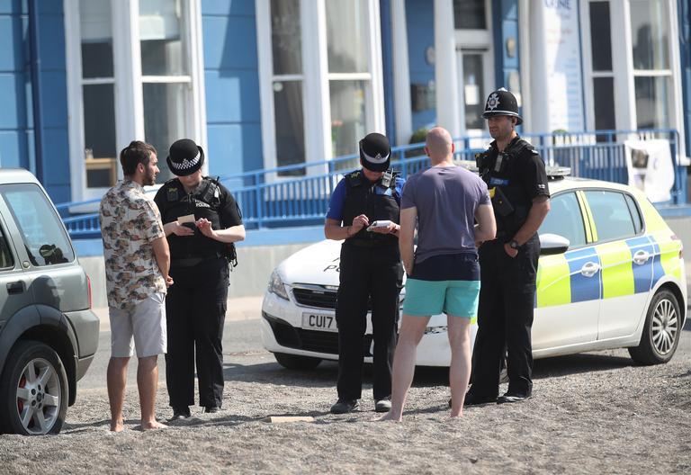 Deux hommes sont verbalisés par la police alors qu'ils jouaient au frisbee sur la plage.