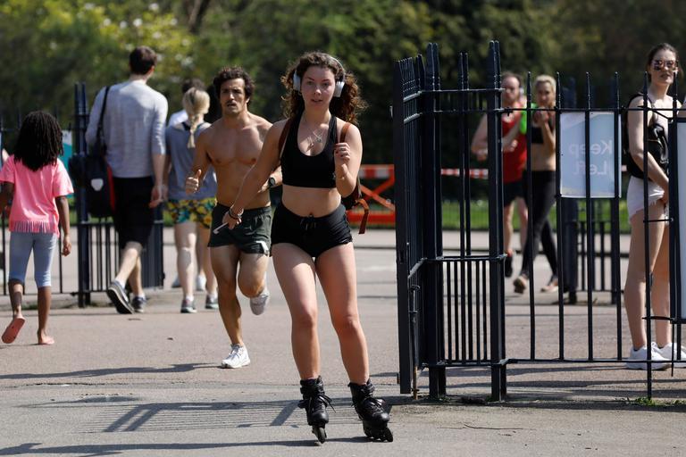Une jeune femme fait du roller à Victoria Park, à Londres