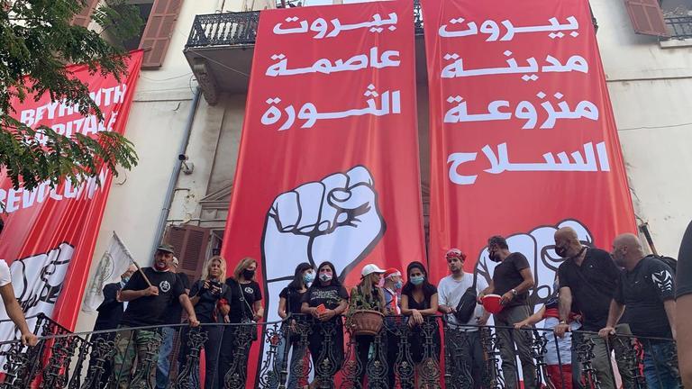 Les manifestants sur le perron du ministère des Affaires étrangères, ont également suspendu des banderoles.