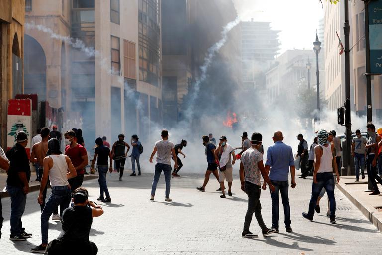 Les forces de l'ordre ont tiré du gaz lacrymogène, à proximité du Parlement.