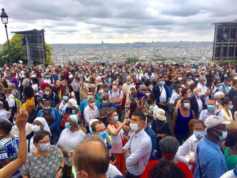 Plus de 2 000 personnes se sont rassemblées autour de la basilique du Sacré-Cœur pour fêter l'Assomption