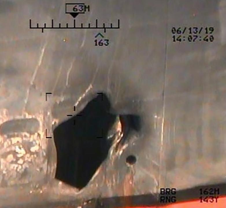 La cavité provoquée par une autre mine sur la coque d'un pétrolier