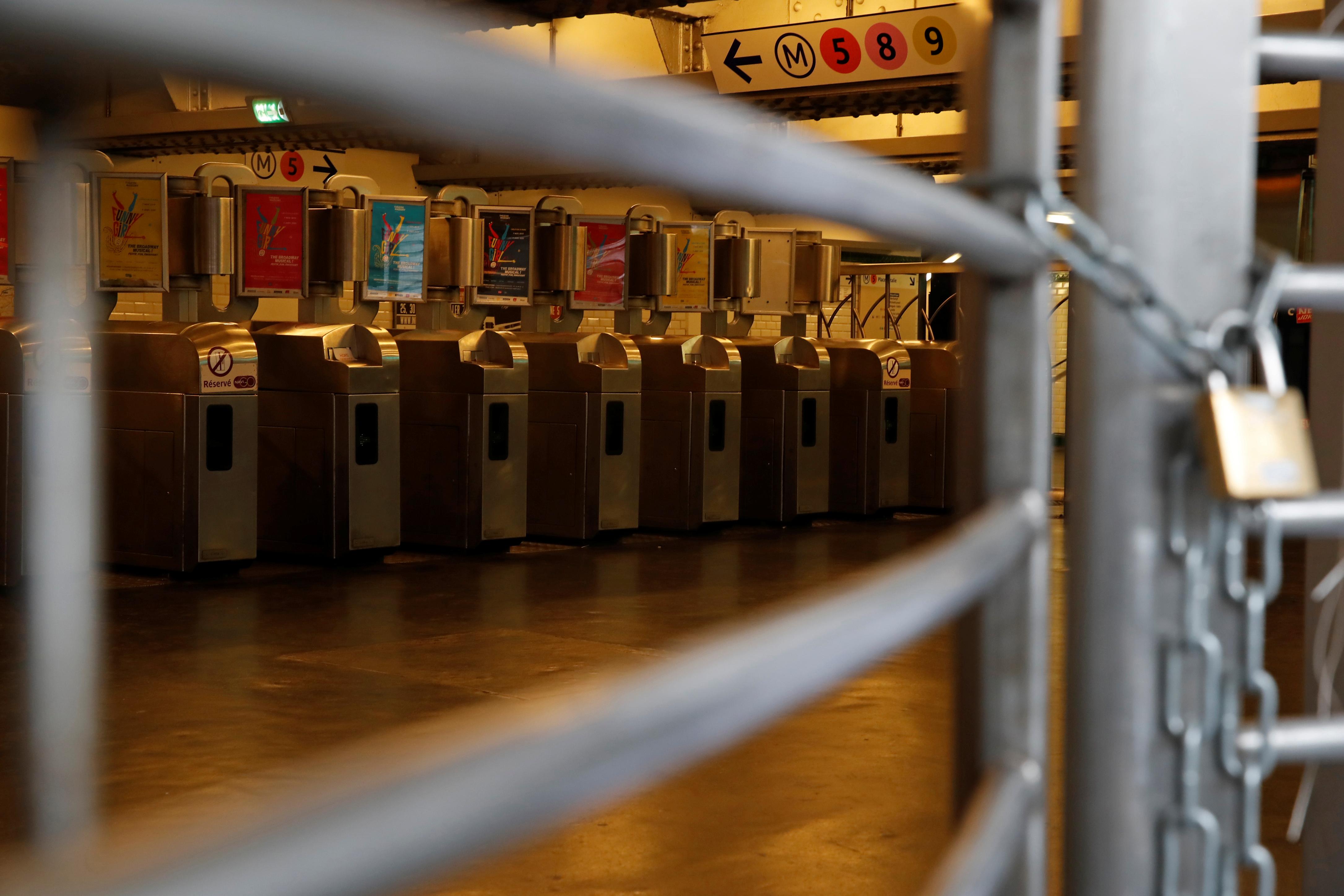 «Gilets jaunes» à Paris : les stations de métro fermées