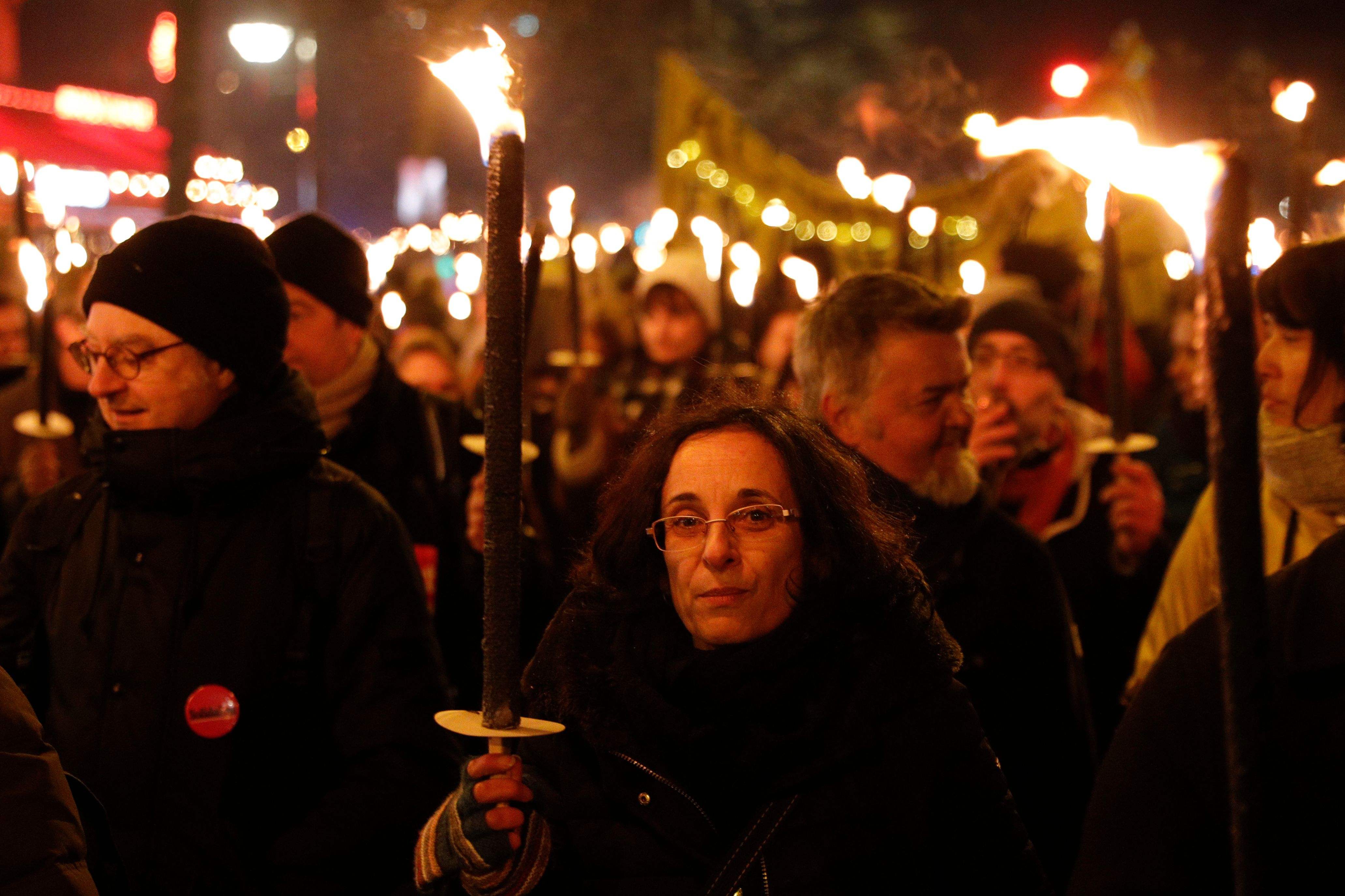 Des marches aux flambeaux pour protester contre la réforme des retraites