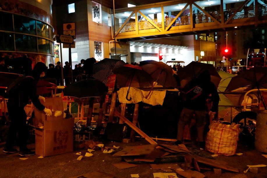 Hongkong: un bâtiment prévu pour accueillir des porteurs du virus attaqué par des manifestants