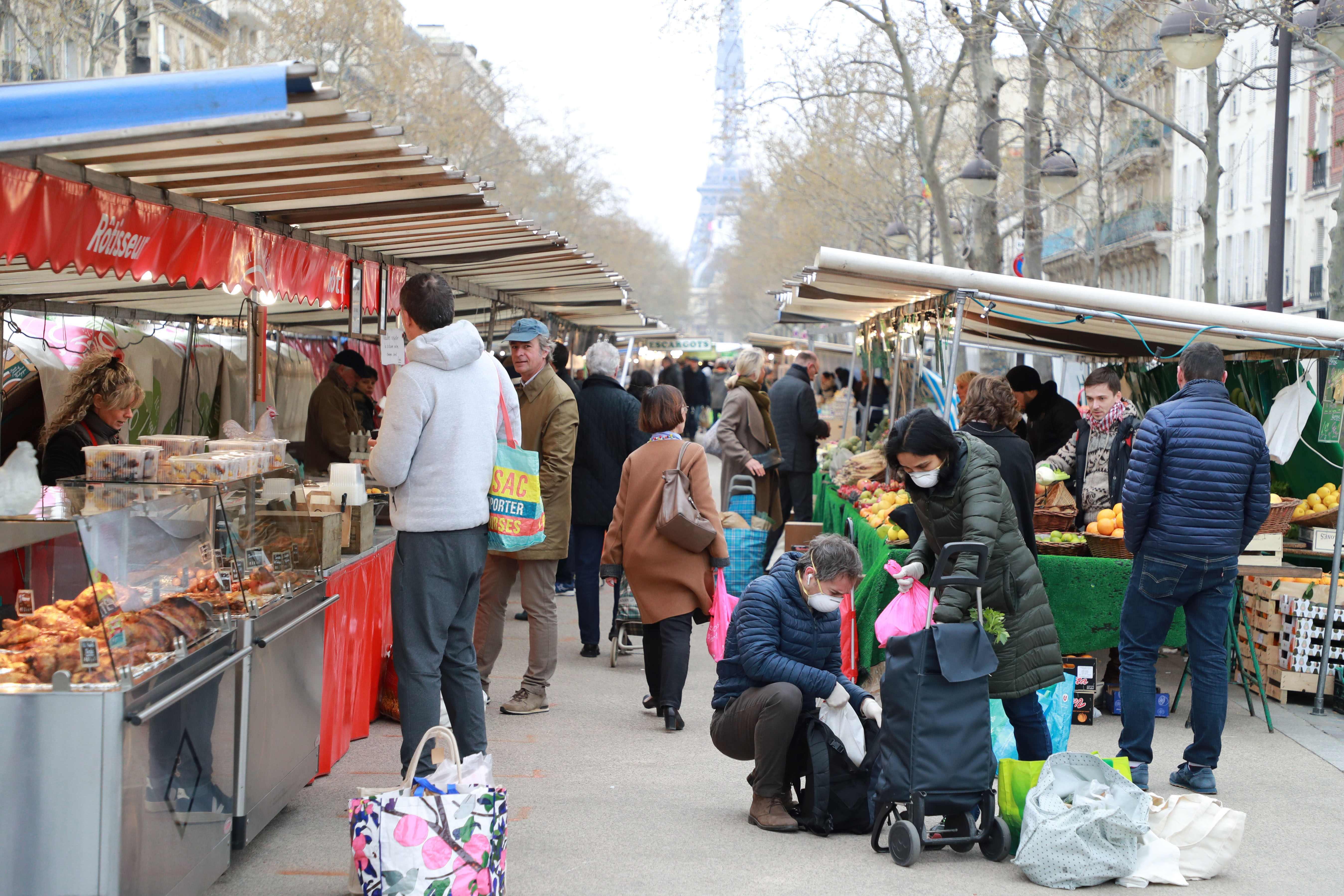 Hidalgo envisage la fermeture «des marchés qui poseraient problème» à Paris