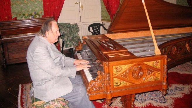 Le château et la collection d'instruments du pianiste Jörg Demus saccagés par des squatteurs