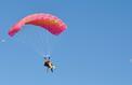 Hautes-Alpes: un évêque saute en parachute pour encourager les vocations