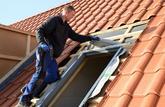 Même invisibles depuis la rue, les travaux sur un toit sont à déclarer en mairie