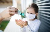 Attention aux yeux des enfants avec le gel hydroalcoolique