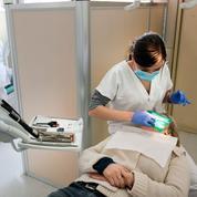 Des dentistes formés dans le privé autorisés à exercer : les syndicats s'insurgent